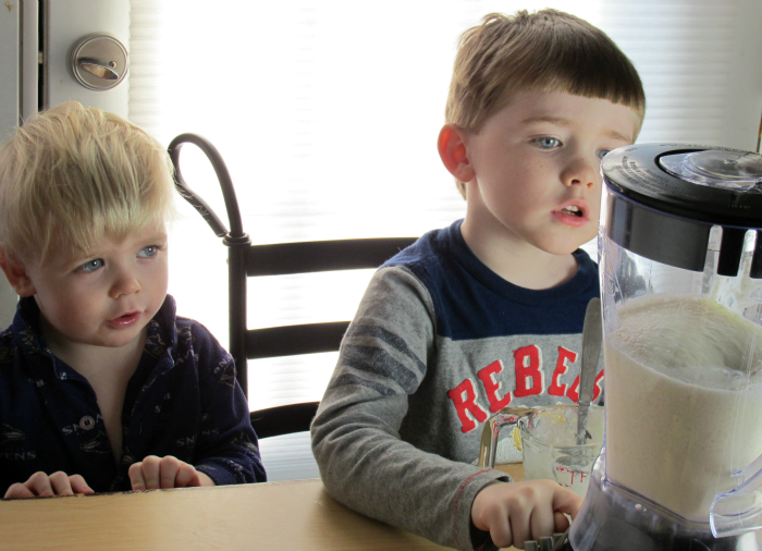 Charlie and Owen blending banana smoothies