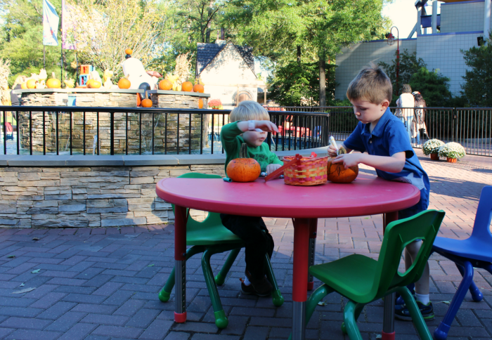 decorating-pumpkins-kings-dominion